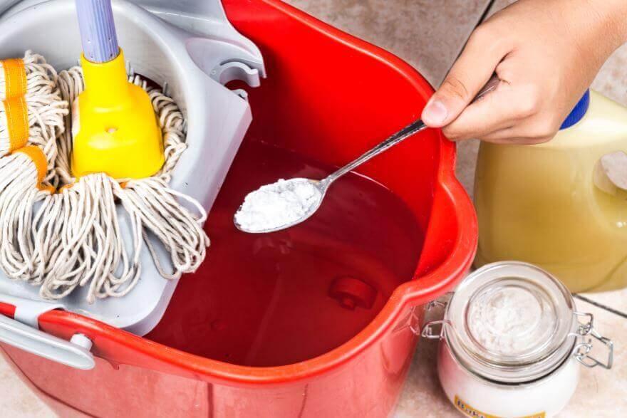 Użycie sody oczyszczonej do mycia podłóg