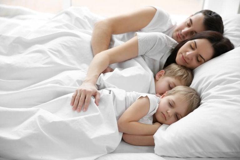 Spanie z rodzicami - skąd się bierze ten nawyk u dzieci?