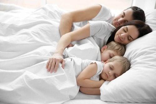 Spanie z rodzicami – skąd się bierze ten nawyk u dzieci?