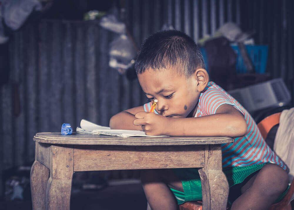 uczący się chłopiec