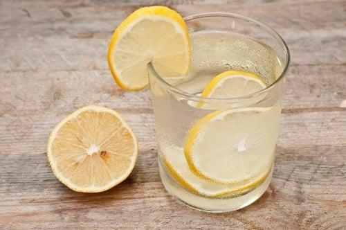 Naturalne wody smakowe - 8 przepysznych pomysłów