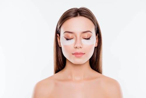 Jak ukryć cienie pod oczami z pomocą makijażu? Poznaj kilka wskazówek