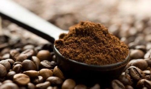 Fusy po kawie ułatwią Ci czyszczenie kominka.