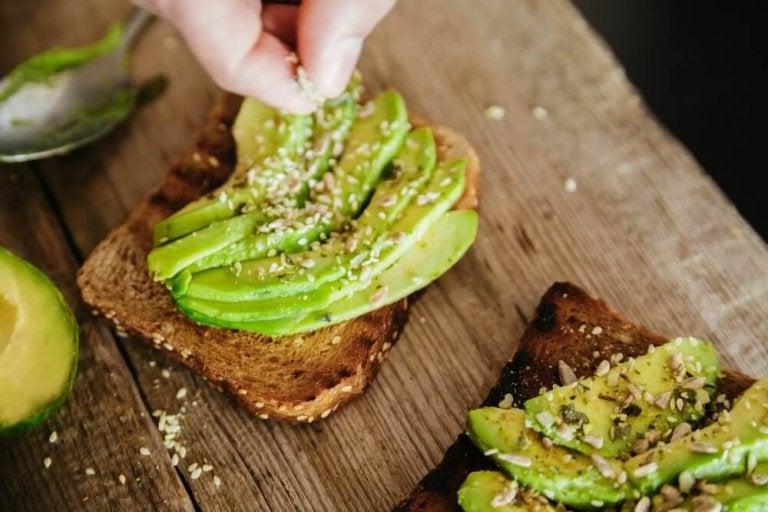 Tosty z chleba razowego z awokado.