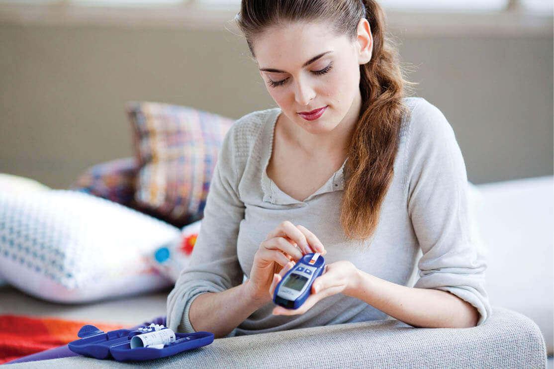Kobieta mierząca poziom cukru.