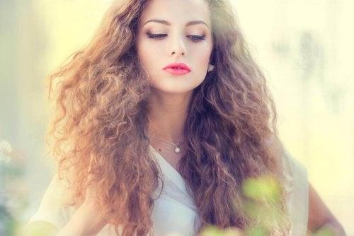 Elektryzujące się włosy – 5 pomocnych masek