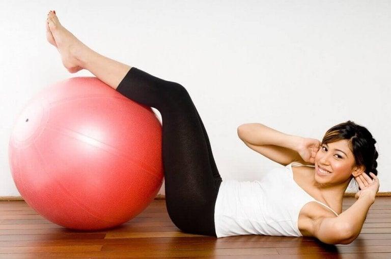 Kobieta ćwicząca z piłką.