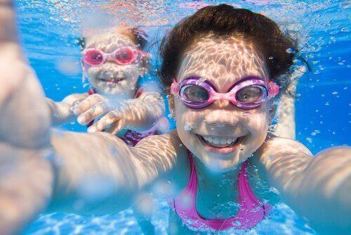 Dzieci pływają.