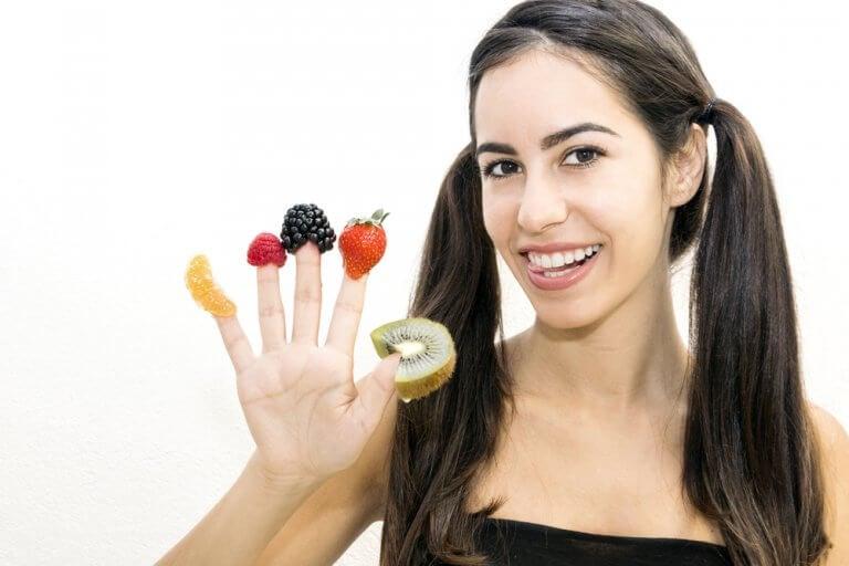 Dziewczyna z owocami na palcach