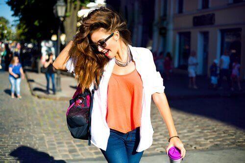 Dziewczyna z torbą na ramieniu