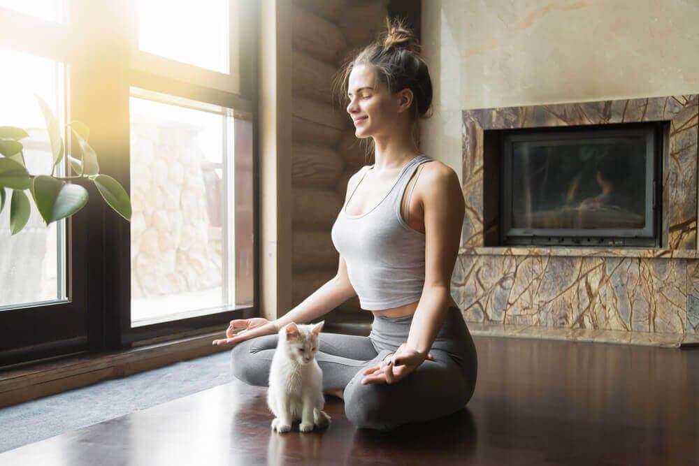 Kobieta z małym kotkiem.