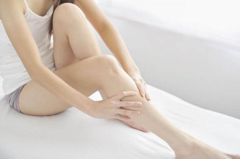 Kobieta masuje swoje nogi