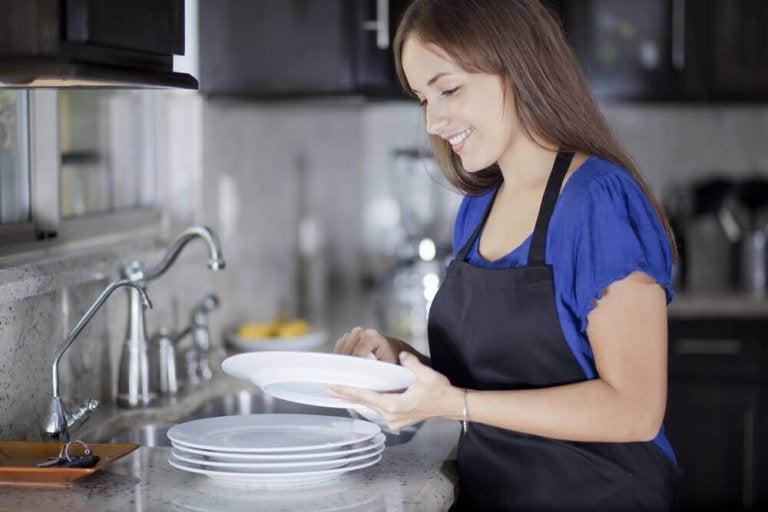 8 najczęściej popełnianych błędów, z jakimi wiąże się mycie naczyń!