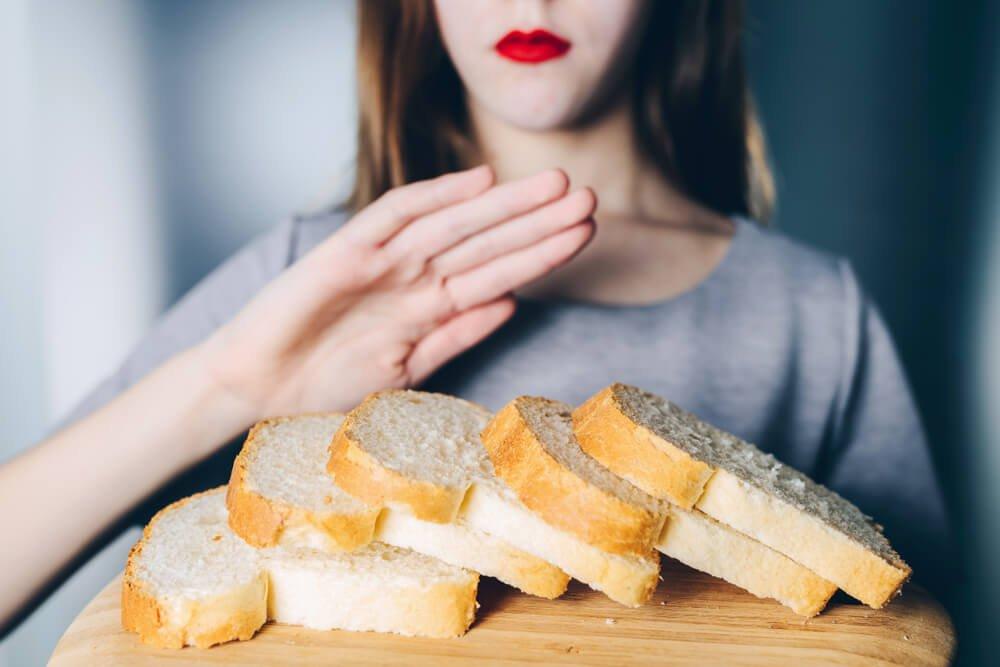 kobieta odmawiająca chleba