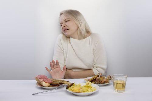 Kobieta odmawiająca jedzenia, bo męczy ją zapalenie błony żołądka