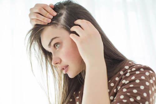 Jak naturalnie wzmocnić skórę głowy?