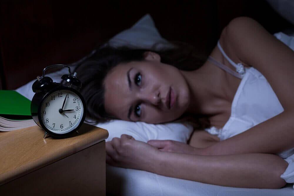 Kobieta i budzik