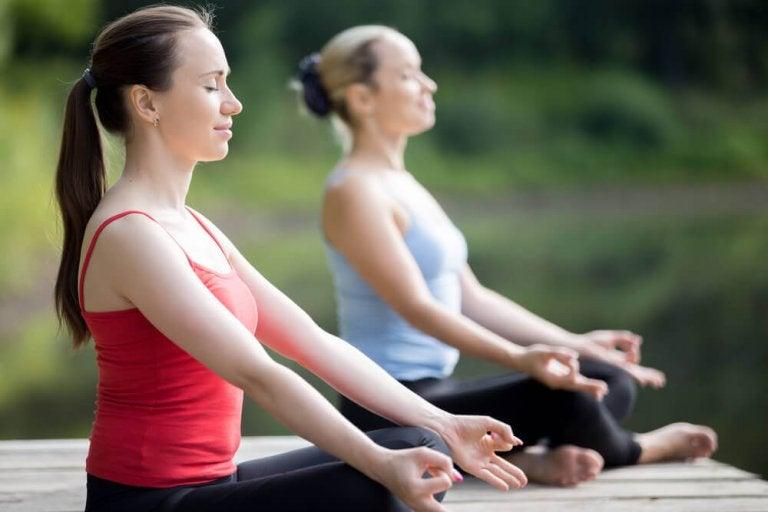 Kobiety ćwiczące jogę.