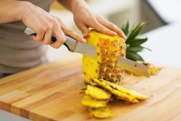 Krojenie ananasa.