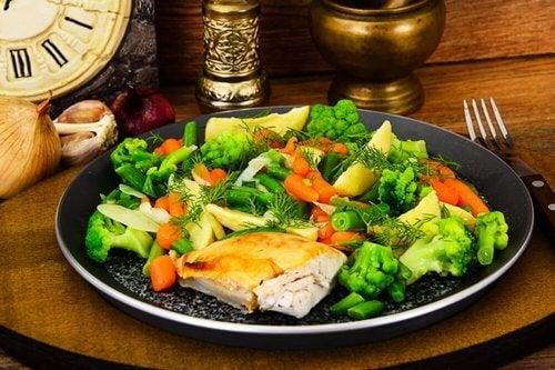 Kurczak z warzywami na parze.