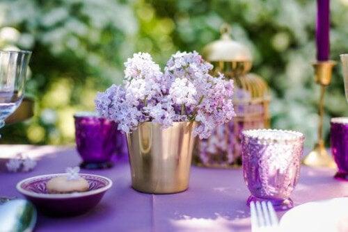 Kwiaty w złotym wiaderku i ozdoby na stół