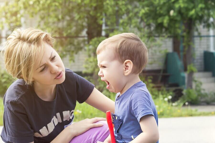 mama uspokajająca dziecko