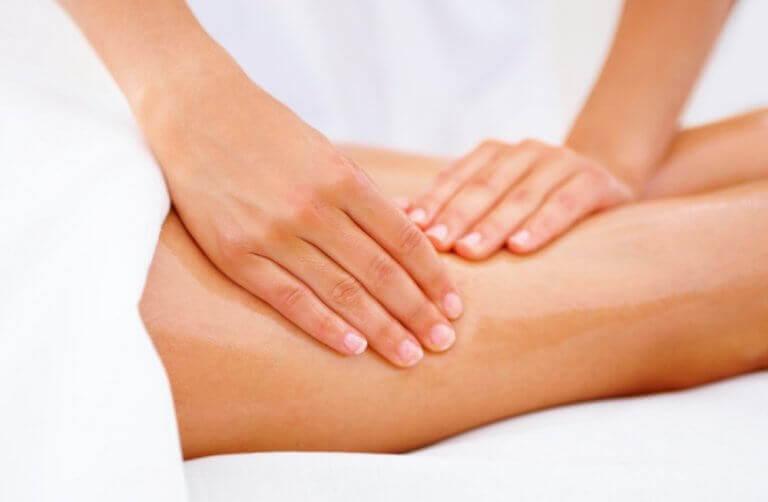 Masaż nóg metodą na zespół niespokojnych nóg