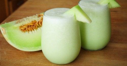 Sok z melona z zieloną herbatą.