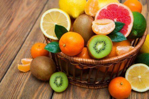 Koszyk pełen świeżych owoców