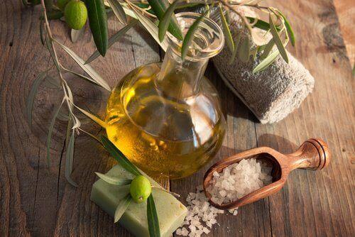 Oliwa z oliwek i gruboziarnista sól