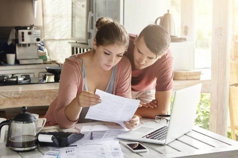 Para przegląda wspólnie rachunki