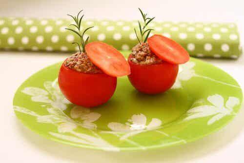 Pomidory nadziewane tuńczykiem: smaczny przepis