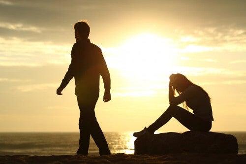 Kobieta i mężczyzna o zachodzie słońca