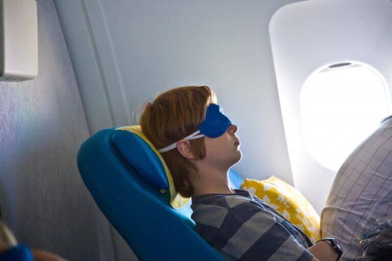 Chłopak śpi w samolocie