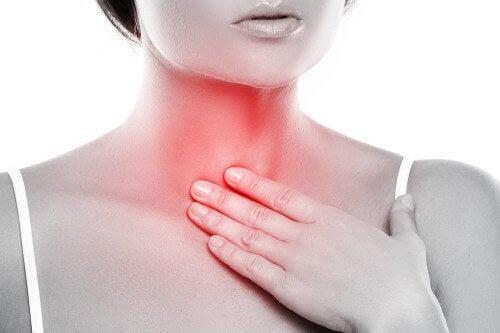Zapalenie krtani – jak zrobić płyn do płukania gardła?