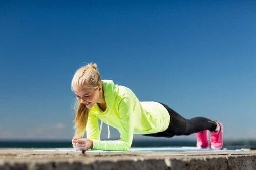 Ćwiczenia z ciężarem własnego ciała – najlepsze opcje