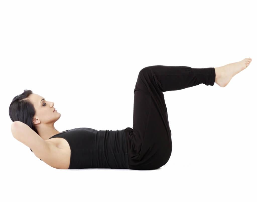 Kobieta ćwiczy mięśnie brzucha, by ujędrnić ciało po porodzie