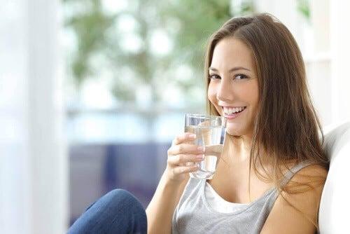 Pij przez cały rok 6-8 szklanek wody dziennie.