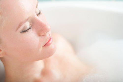 Kobieta relaksuje się w wannie