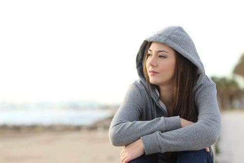 Kobieta sama na plaży