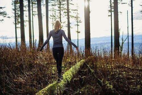 Kobieta sama w lesie