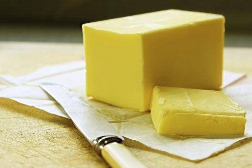 Zetrzyj twarde, zimne masło na tarce.