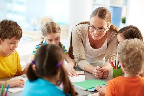 Nauczycielka i dzieci.