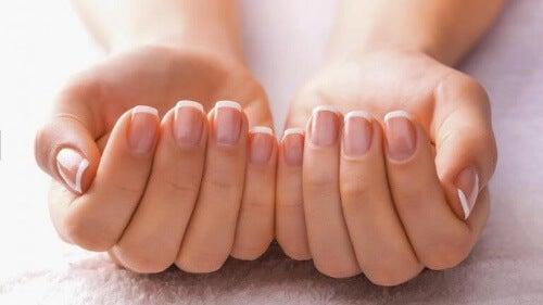 Osłabione paznokcie często świadczą o niedoborach składników mineralnych.