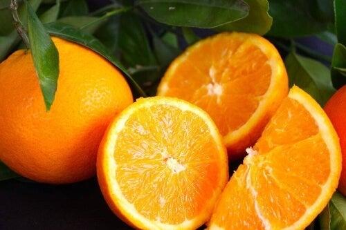 Możesz w prosty sposób dbać o gardło pijąc bogaty w witaminę C sok pomarańczowy.