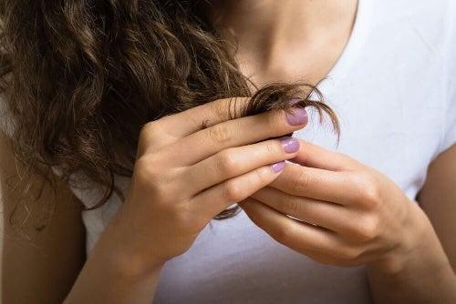 Nałóż nawilżającą maseczkę z miodu na całe włosy.