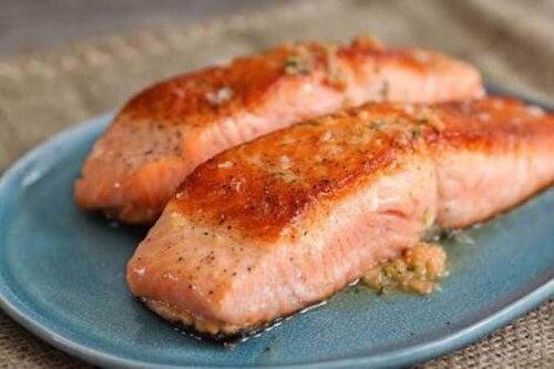Wystarczy, że umieścisz ryby na plasterkach cytryn.