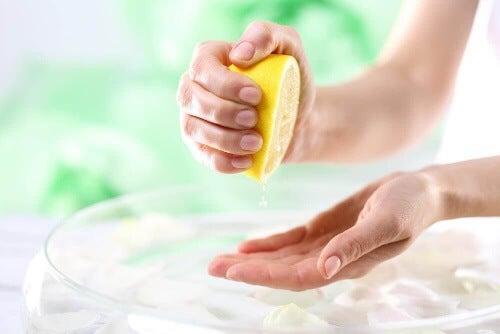 Oczyszczanie i rozjaśnianie dłoni: 6 domowych trików