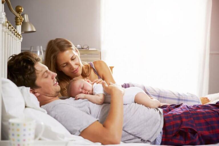 Świeżo upieczony ojciec z dzieckiem i jego matką