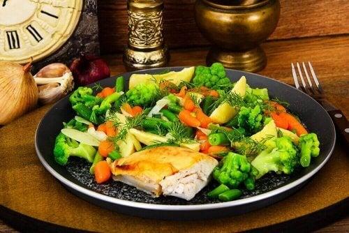 Talerz gotowanych na parze warzyw